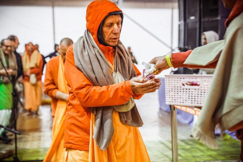 Для распространения духовных знаний монахи могут брать всё